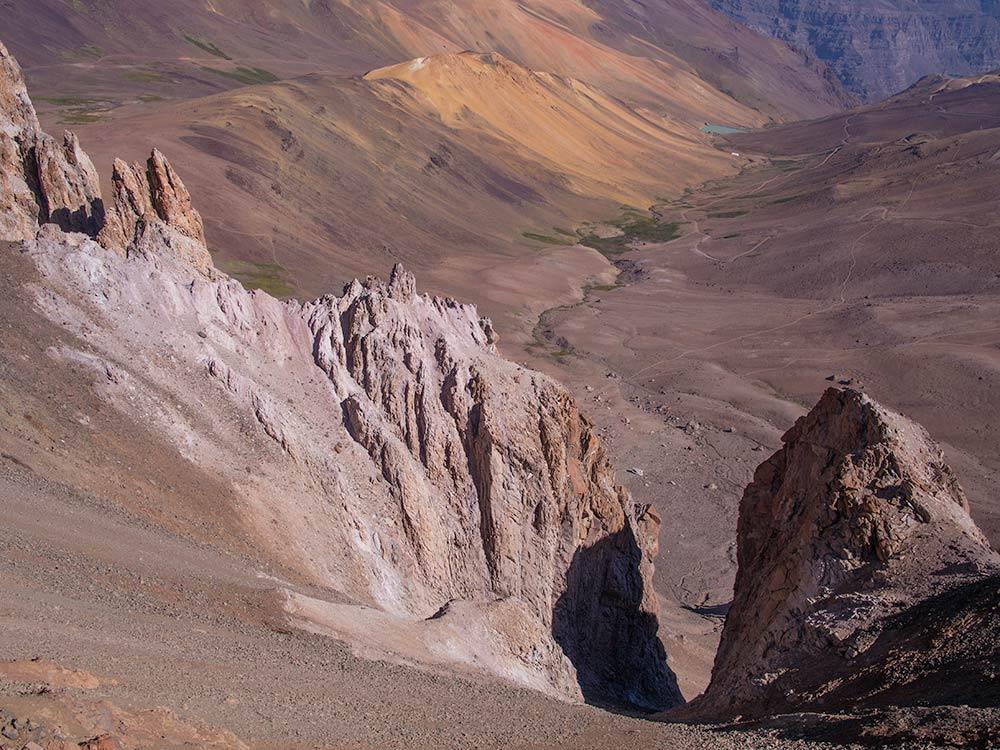 Sharp spiky rocks coronates La Falsa Parva.